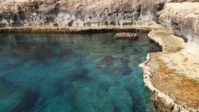 Τυρκουάζ ακτή Μεσογείων στο ακρωτήριο Greco στη Κύπρο απόθεμα βίντεο