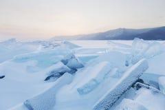 Τυρκουάζ επιπλέοντες πάγοι πάγου παγωμένος χειμώνας ύδατος ηλιοβασιλέματος τοπίων χλόης Στοκ Φωτογραφίες