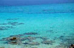Τυρκουάζ ελληνικά θάλασσα και Snorkeler Στοκ Εικόνες