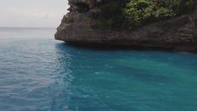 Τυρκουάζ θαλάσσιο νερό και δύσκολο εναέριο τοπίο απότομων βράχων Όμορφα σαφή θάλασσα τοπίων και βουνό απότομων βράχων στον ορίζον φιλμ μικρού μήκους