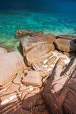 Τυρκουάζ θαλάσσιο νερό και καφετής βράχος koh στο tao Ταϊλάνδη στο όμορφο υπόβαθρο τοπίων φύσης στοκ εικόνα με δικαίωμα ελεύθερης χρήσης
