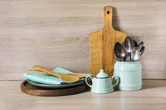 Τυρκουάζ και ξύλινες εκλεκτής ποιότητας πιατικά, επιτραπέζιο σκεύος, dishware εργαλεία και ουσία ξύλινο table-top Ζωή κουζινών ακ στοκ φωτογραφία