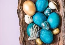 Τυρκουάζ και χρυσός αυγών Πάσχας στο αγροτικό ξύλινο διάστημα κειμένων υποβάθρου Κάρτα διακοπών Πάσχας Στοκ φωτογραφία με δικαίωμα ελεύθερης χρήσης
