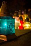 Τυρκουάζ κερί στο νεκροταφείο ενώ ημέρα όλων των Αγίων Στοκ Φωτογραφία