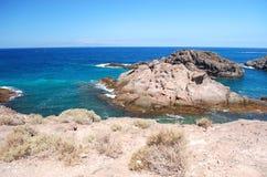 Τυρκουάζ κόλπος και ηφαιστειακοί απότομοι βράχοι σε Playa Paraiso Tenerife Στοκ φωτογραφία με δικαίωμα ελεύθερης χρήσης