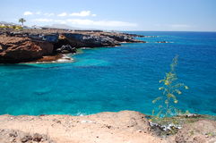 Τυρκουάζ κόλπος και ηφαιστειακοί απότομοι βράχοι σε Playa Paraiso Tenerife Στοκ εικόνα με δικαίωμα ελεύθερης χρήσης