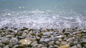 Τυρκουάζ κύματα που οργανώνονται στην ακτή, που καλύπτονται με τα χαλίκια και που σπάζουν 4k, 3840x2160, HD απόθεμα βίντεο