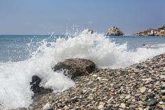 Τυρκουάζ κύμα Παραλία κοντά στην πέτρα Aphrodite Μεσόγειος της Κύπρου Στοκ εικόνα με δικαίωμα ελεύθερης χρήσης