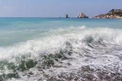 Τυρκουάζ κύμα Παραλία κοντά στην πέτρα Aphrodite Μεσόγειος της Κύπρου Στοκ Φωτογραφίες