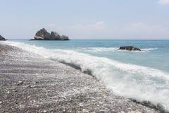 Τυρκουάζ κύμα Παραλία κοντά στην πέτρα Aphrodite Μεσόγειος της Κύπρου Στοκ φωτογραφία με δικαίωμα ελεύθερης χρήσης