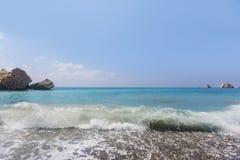 Τυρκουάζ κύμα Παραλία κοντά στην πέτρα Aphrodite Μεσόγειος της Κύπρου Στοκ Εικόνα