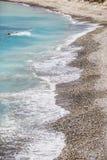 Τυρκουάζ κύμα Παραλία κοντά στην πέτρα Aphrodite Μεσόγειος της Κύπρου Στοκ Εικόνες