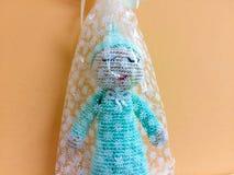 Τυρκουάζ μπλε δώρο amigurumi βελούδου στοκ εικόνες