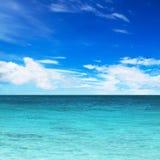 Τυρκουάζ νερό του ωκεανού και του μπλε ουρανού Στοκ φωτογραφίες με δικαίωμα ελεύθερης χρήσης