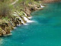 Τυρκουάζ νερό χρώματος του καταρράκτη στο εθνικό πάρκο λιμνών Plitvice, Κροατία Στοκ Εικόνα