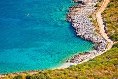 Τυρκουάζ παραλία κατά την εναέρια άποψη Primosten στοκ φωτογραφία
