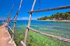 Τυρκουάζ παραλία Savudrija και ξύλινη άποψη κατόχων βαρκών στοκ φωτογραφία με δικαίωμα ελεύθερης χρήσης