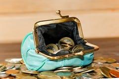 Τυρκουάζ πορτοφόλι για τα νομίσματα Τάση χρώματος ανοικτό πορτοφόλι νομισμά&t Η έννοια της ένδειας Crowdfunding Στοκ φωτογραφίες με δικαίωμα ελεύθερης χρήσης