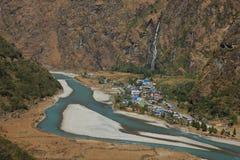 Τυρκουάζ ποταμός και χωριό Tal Marsyangdi Στοκ εικόνα με δικαίωμα ελεύθερης χρήσης