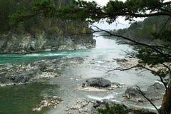 Τυρκουάζ ποταμός Katun το φθινόπωρο σε Altai Στοκ Εικόνα
