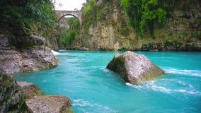 """Τυρκουάζ ροή ποταμών φαραγγιών Η γέφυρα είναι γνωστή ως γέφυρα """"Bugrum ή Oluk """" Τοπίο ποταμών Koprucay από το φαράγγι Koprulu απόθεμα βίντεο"""