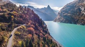 Τυρκουάζ φθινόπωρο Zervreilasee Ελβετία εναέριο 4k βουνών αυτοκινήτων λιμνών φιλμ μικρού μήκους