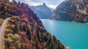 Τυρκουάζ φθινόπωρο Zervreilasee Ελβετία εναέριο 4k οδικών βουνών λιμνών φιλμ μικρού μήκους