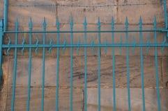 Τυρκουάζ φράκτης πριν από έναν τοίχο πετρών στη βηρυττό στοκ φωτογραφία με δικαίωμα ελεύθερης χρήσης