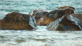 Τυρκουάζ ωκεάνια κύματα που χτυπούν τη σκηνή βράχων φιλμ μικρού μήκους