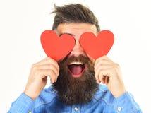 Τυφλωμένος από την έννοια αγάπης Το άτομο με τη γενειάδα κρατά τις κόκκινες καρδιές στοκ εικόνες