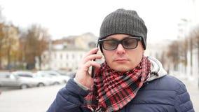 Τυφλό άτομο με την τύφλωση που χρησιμοποιεί τον ψηφιακό βοηθό σε Smartphone φιλμ μικρού μήκους