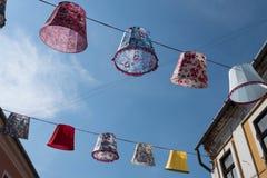 Τυχαία lampshades που κρεμούν σε ένα σκοινί στοκ φωτογραφία με δικαίωμα ελεύθερης χρήσης