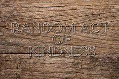 Τυχαίος νόμος της ευγένειας που γράφεται στο ξύλινο υπόβαθρο Στοκ φωτογραφία με δικαίωμα ελεύθερης χρήσης
