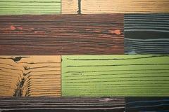 Τυχαίο σχέδιο του ζωηρόχρωμου κεραμιδιού με το ξύλο στην επιφάνεια Στοκ Εικόνες