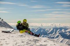 τυχερά snowboarders ζευγών Στοκ εικόνα με δικαίωμα ελεύθερης χρήσης