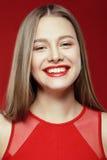 Τυχερή ευτυχής γυναίκα με το οδοντωτό χαμόγελο Στοκ Φωτογραφίες