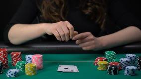 Τυχερός γυναικείος φορέας που παρουσιάζει χέρι, συνδυασμός ζευγαριού άσσων, ανταγωνισμός πόκερ, χαρτοπαικτική λέσχη απόθεμα βίντεο