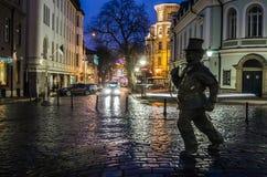 Τυχερό γλυπτό οχημάτων αποκομιδής απορριμμάτων καπνοδόχων στην παλαιά πόλη του Ταλίν Στοκ Φωτογραφία