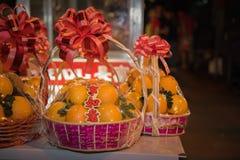 Τυχερό πορτοκαλί δώρο καλαθιών στοκ φωτογραφία με δικαίωμα ελεύθερης χρήσης