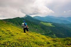 Τυχοδιώκτης που θαυμάζει την πράσινη κορυφογραμμή στοκ φωτογραφία