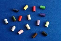 Τυλίγει τα ράβοντας νήματα Στοκ Εικόνα