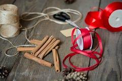 Τυλίγοντας προετοιμασία δώρων, εξαρτήματα στο ξύλινο γραφείο Στοκ Φωτογραφίες