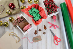 Τυλίγοντας προμήθειες Χριστουγέννων Στοκ εικόνες με δικαίωμα ελεύθερης χρήσης