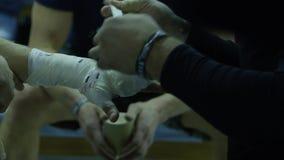 Τυλίγοντας χέρι εκπαιδευτών του αρσενικού μπόξερ Το χέρι μπόξερ επιδένεται με το λεωφορείο απόθεμα βίντεο