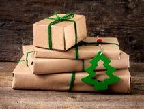 Τυλίγοντας χριστουγεννιάτικα δώρα Στοκ Φωτογραφία