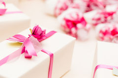 Τυλιγμένα γαμήλια δώρα στοκ εικόνες με δικαίωμα ελεύθερης χρήσης