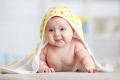 Τυλιγμένη κοριτσάκι πετσέτα στο δωμάτιο βρεφικών σταθμών παιδιών Νεογέννητη χαλάρωση παιδιών στο κρεβάτι μετά από το λουτρό ή το  Στοκ φωτογραφίες με δικαίωμα ελεύθερης χρήσης