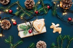 Τυλιγμένο χριστουγεννιάτικο δώρο με τις διακοσμήσεις Στοκ Φωτογραφίες