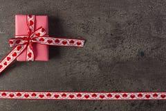 Τυλιγμένο δώρο με την κορδέλλα για την ημέρα βαλεντίνων, διάστημα αντιγράφων για το κείμενο Στοκ εικόνες με δικαίωμα ελεύθερης χρήσης
