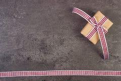 Τυλιγμένο δώρο με την κορδέλλα για την ημέρα βαλεντίνων, διάστημα αντιγράφων για το κείμενο Στοκ Φωτογραφία